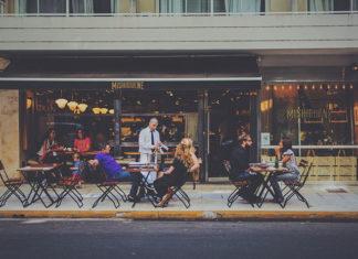 Jak wybrać ławy drewniane do baru lub restauracji?